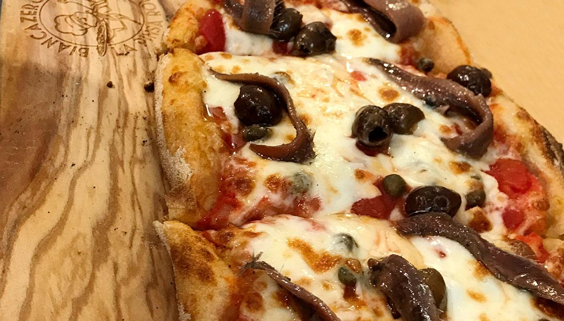 pizza con alici olive nere e cavoletti di bruxelles